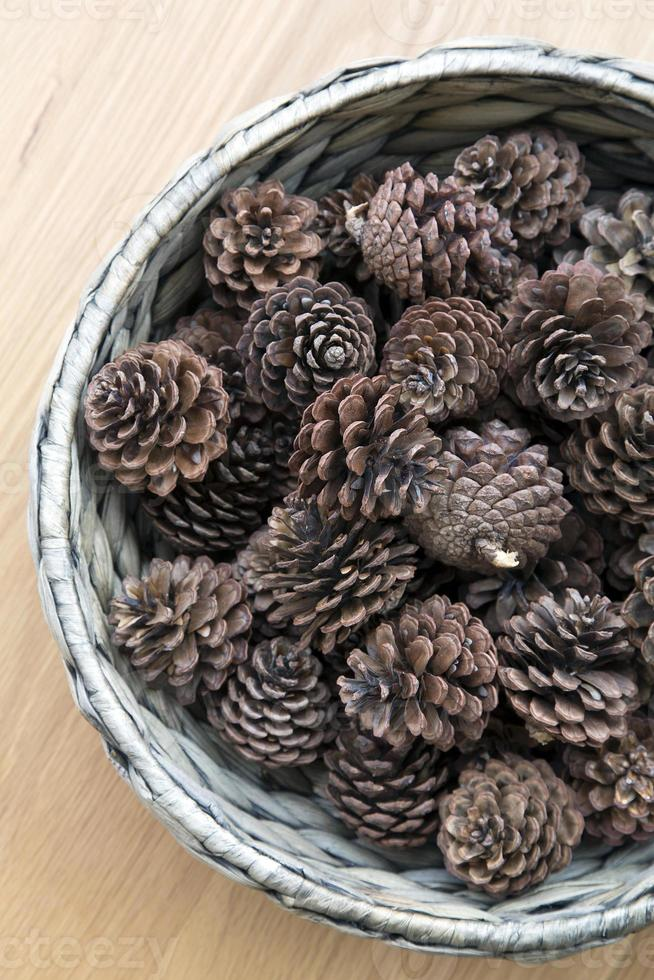 el adorno de conos en un tazón tejido foto
