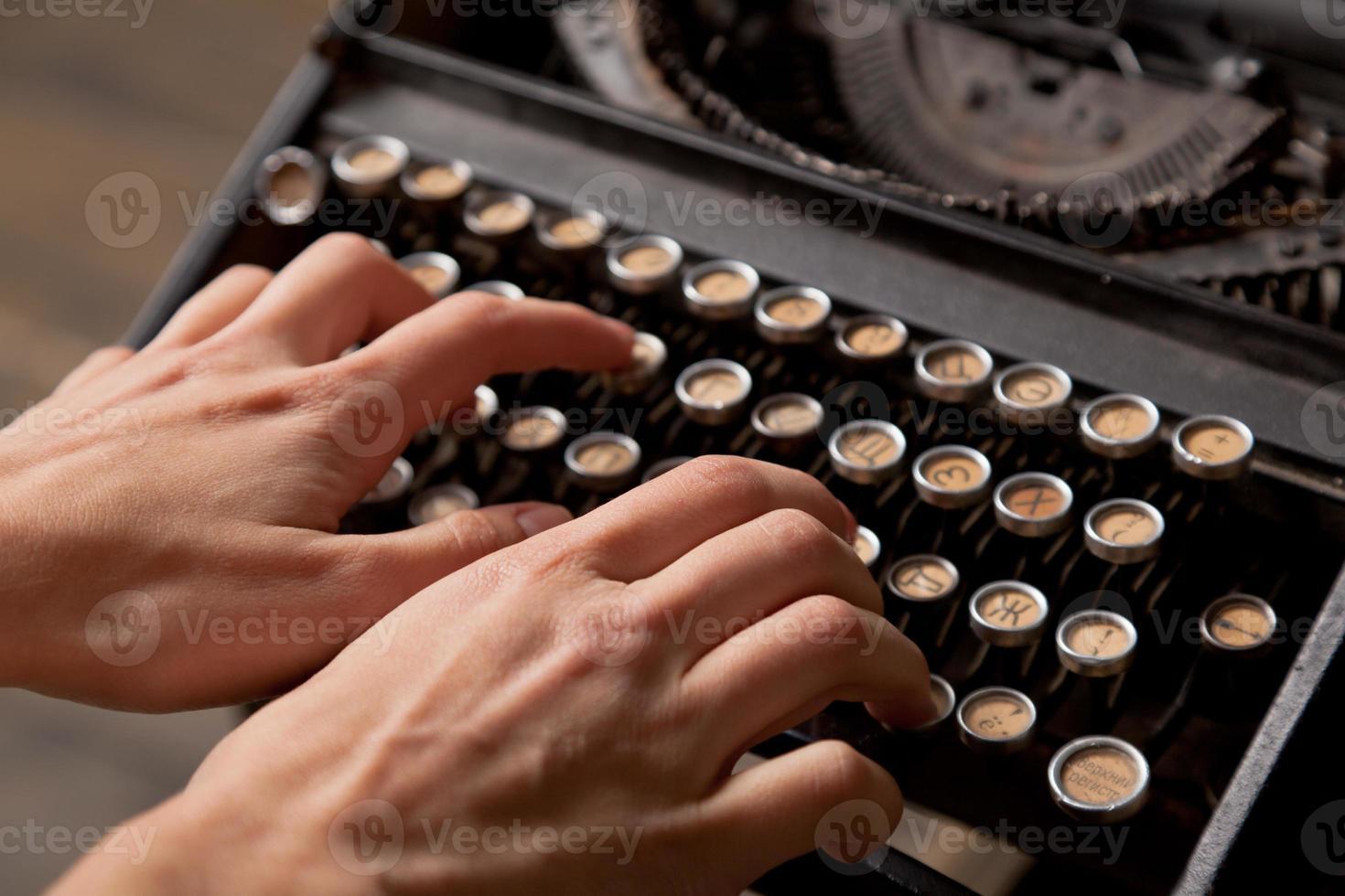 impresiones de mano humana en máquina de escribir retro. foto