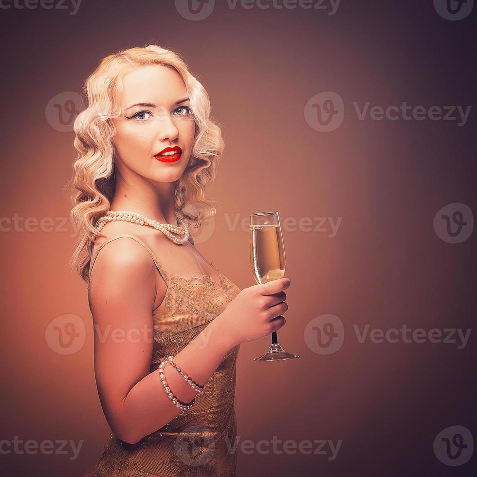 Vintage retrato de una niña con champagne foto