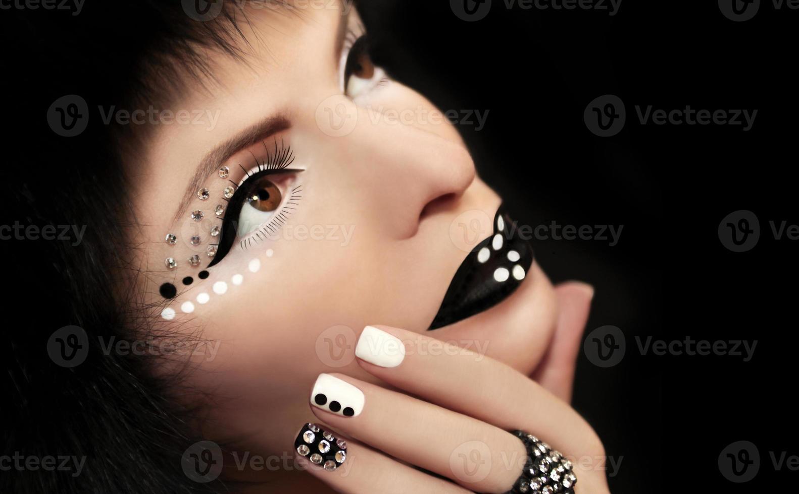Maquillaje y manicura con pedrería. foto