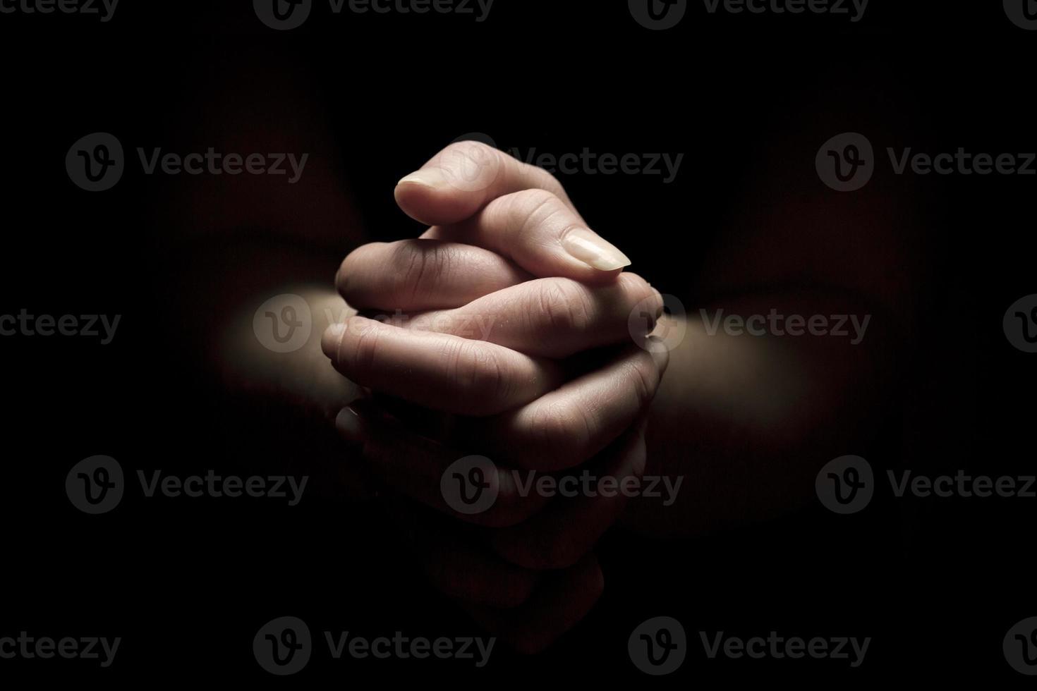 rezar con las manos juntas foto