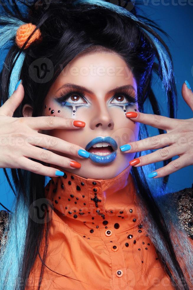 uñas cuidadas maquillaje. primer plano de cara de mujer foto