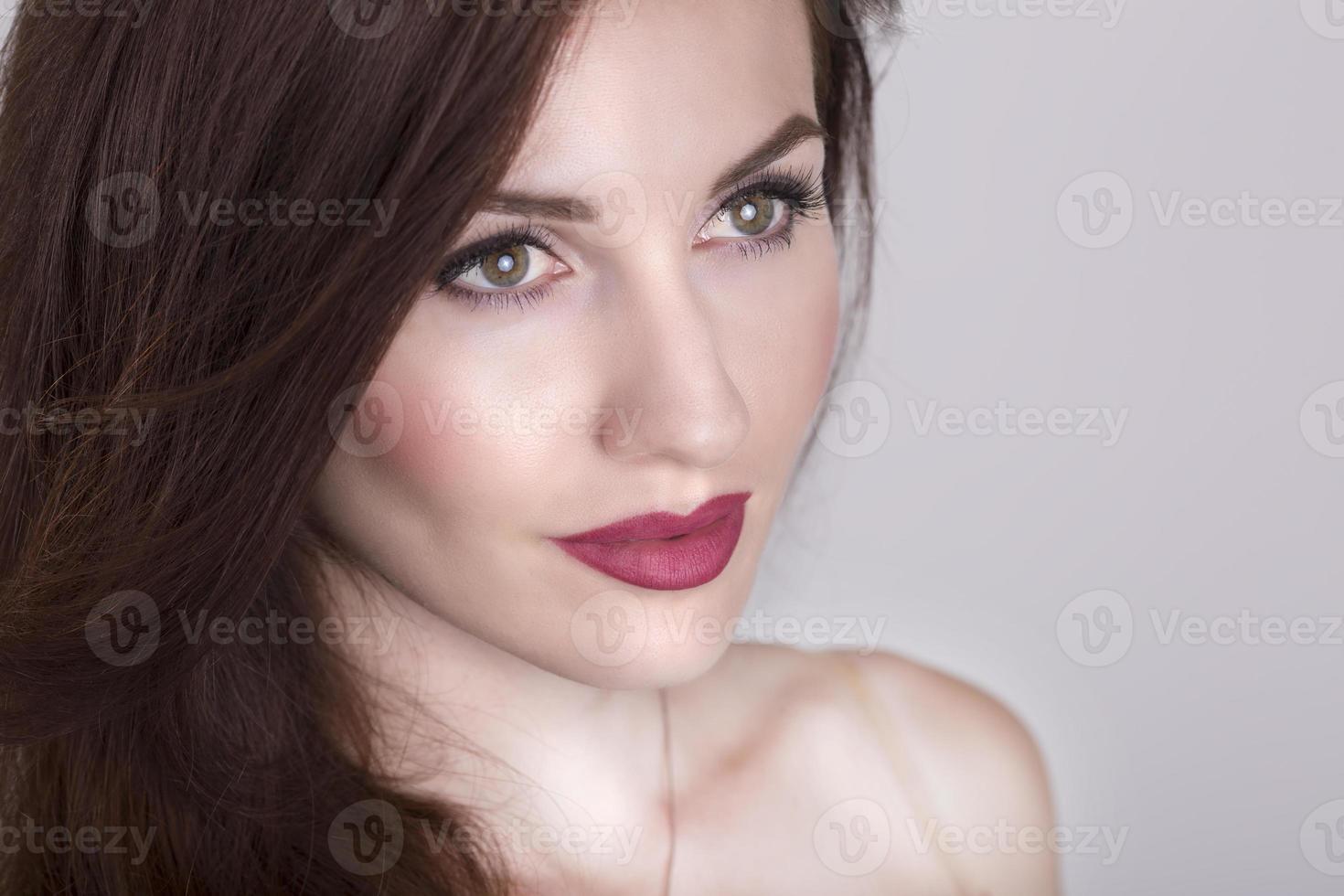 Primer plano de cara de niña hermosa aislado foto