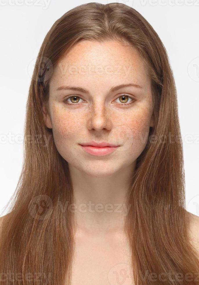 Retrato de mujer hermosa cara joven aislado en blanco foto