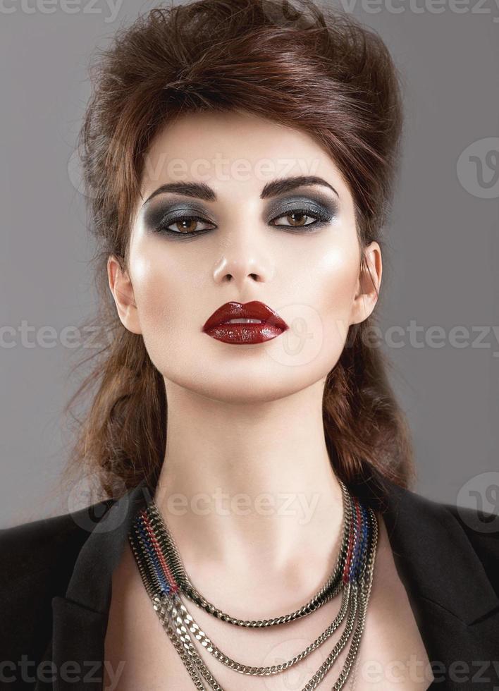 Hermosa chica en estilo gótico con maquillaje brillante. belleza foto