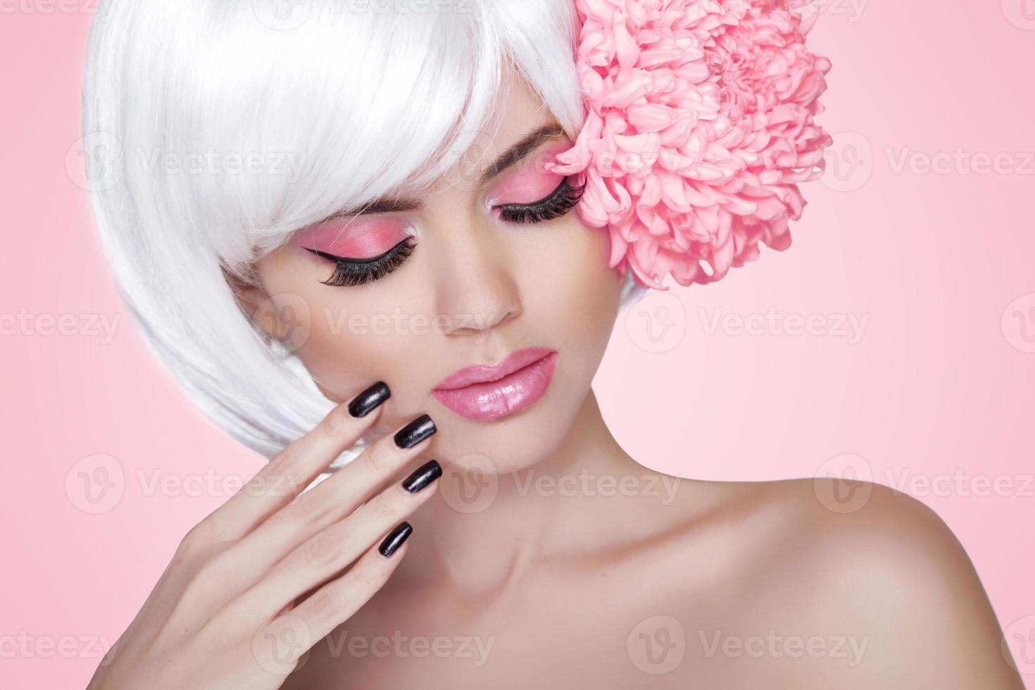 maquillaje. uñas cuidadas Retrato de la muchacha de moda belleza modelo foto