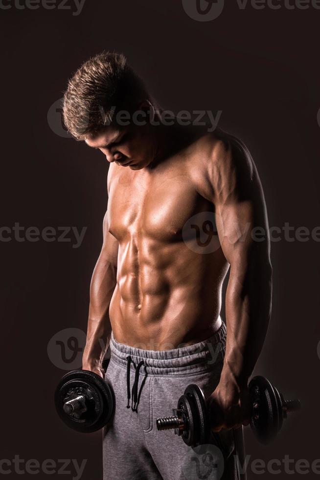 hombre musculoso culturista posando foto