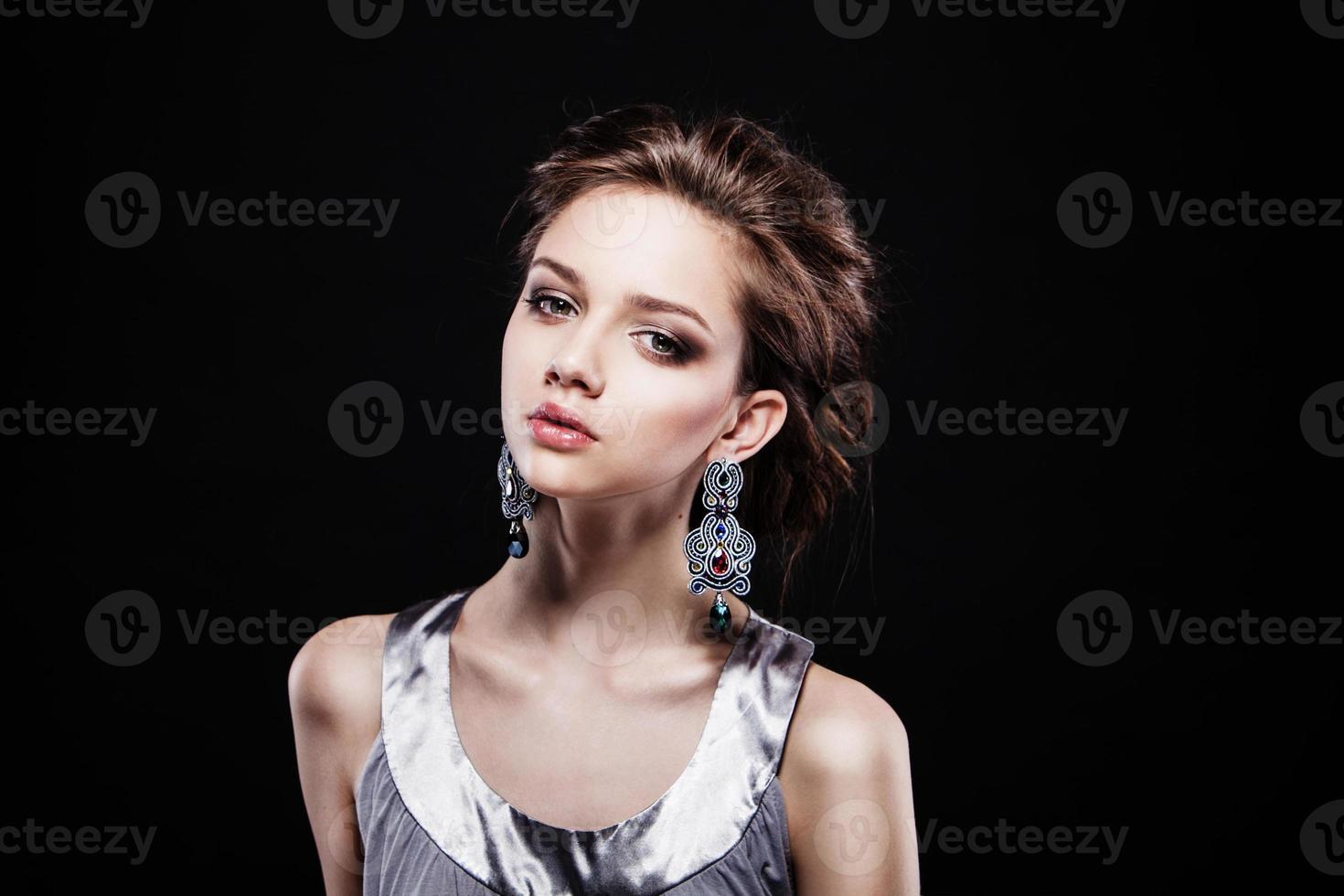 mujer hermosa con maquillaje de noche. foto