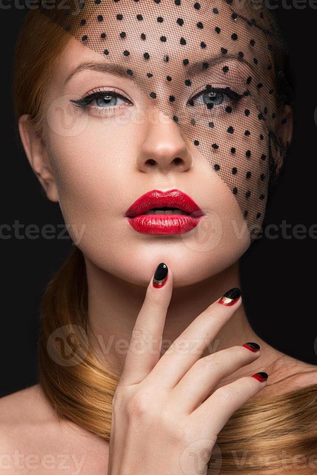 hermosa chica con velo, maquillaje de noche, negro y rojo foto
