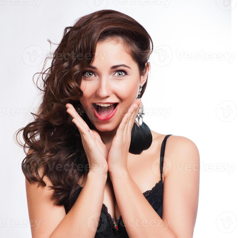 Primer plano de una mujer joven feliz sorprendida foto