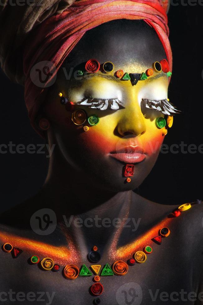 mujer africana con maquillaje étnico artístico foto