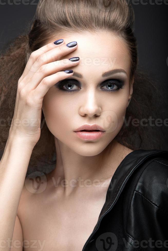 """Chica con maquillaje brillante y manicura """"ojo de gato"""". foto"""