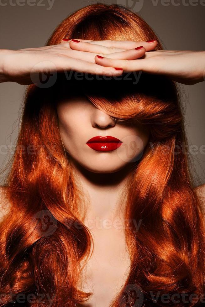 hermosa chica pelirroja cabello sano y rizado. foto
