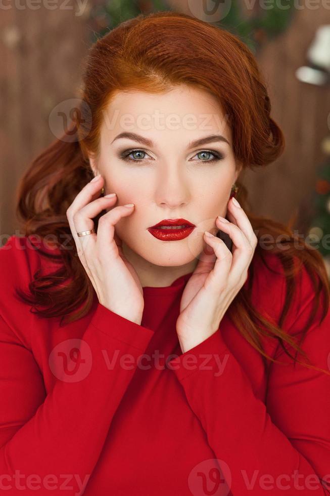 mujer en vestido rojo sonriendo foto