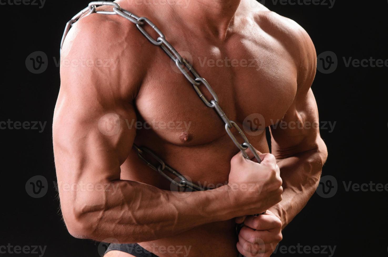 culturista musculoso con cadena foto