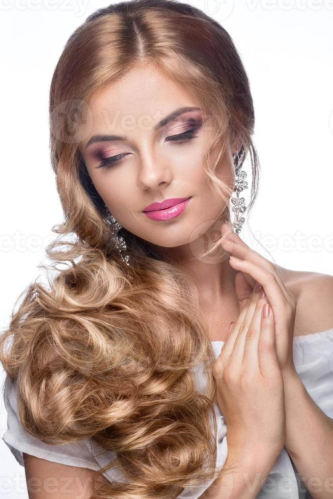 bella mujer con vestido de novia en imagen de la novia foto