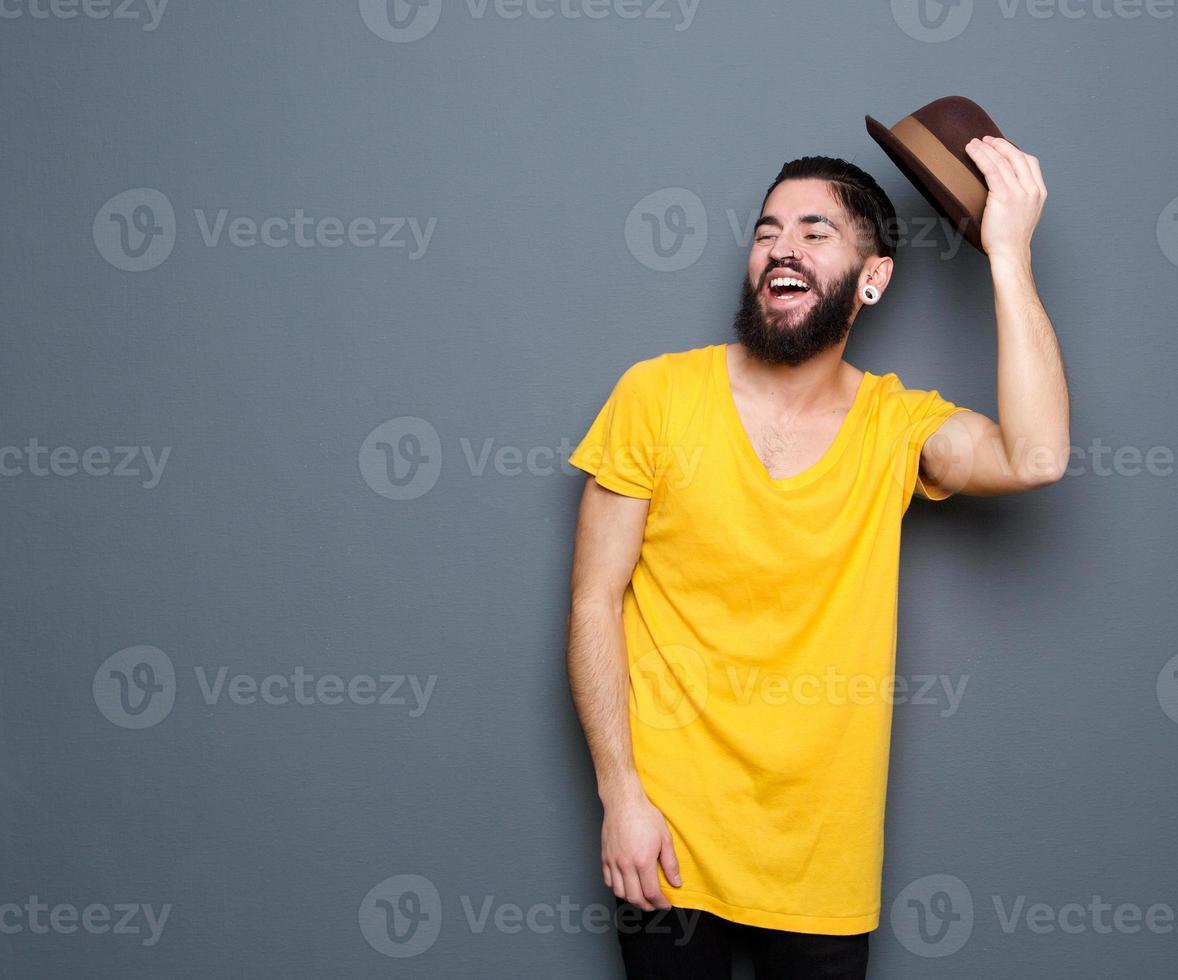 hombre riendo con barba foto