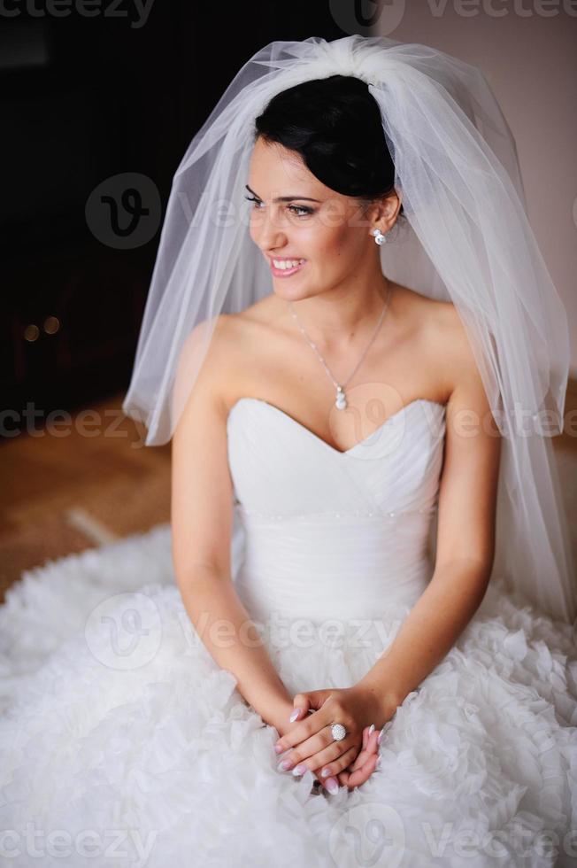 Retrato de una hermosa novia estalla de risa foto