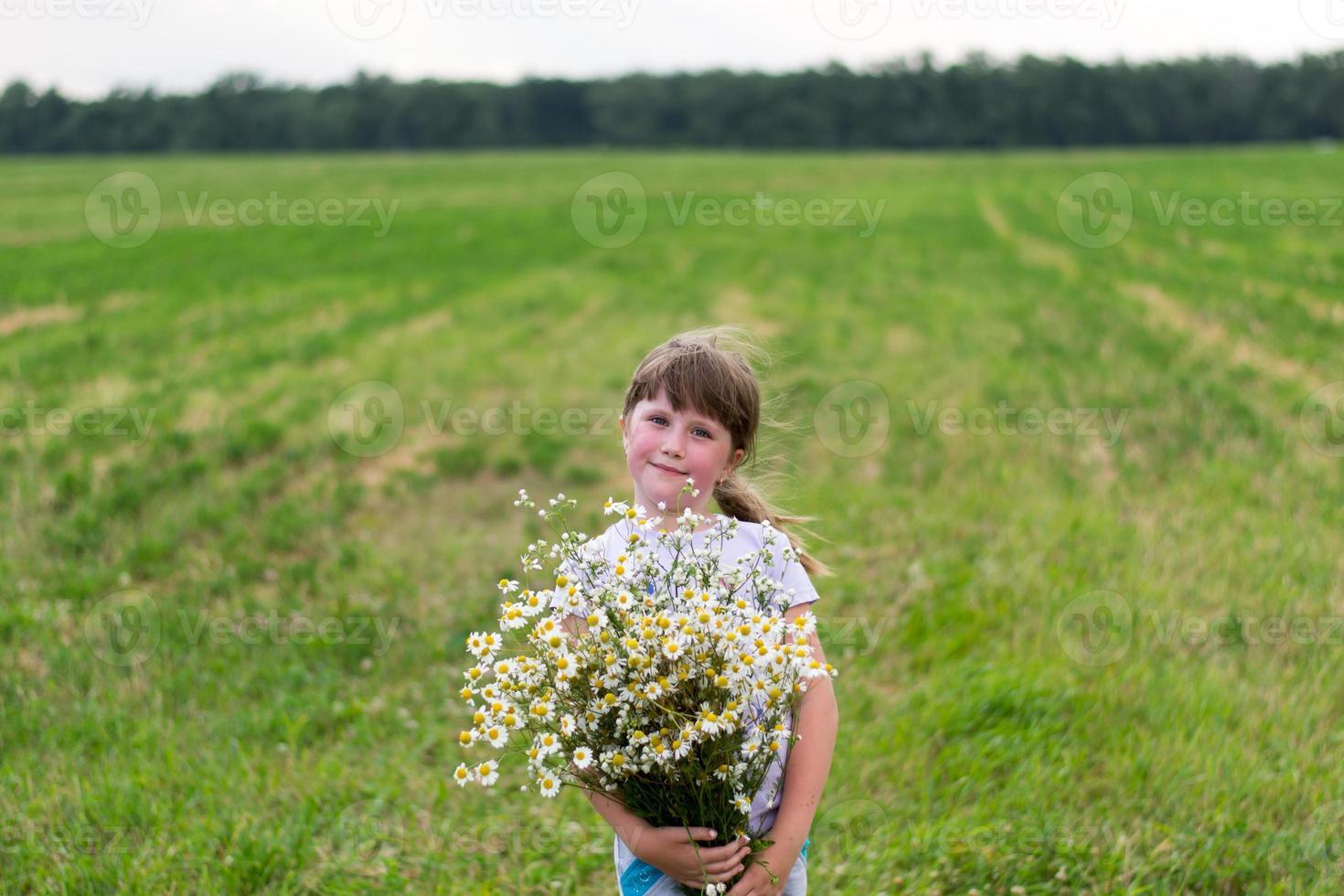 niña con margaritas foto