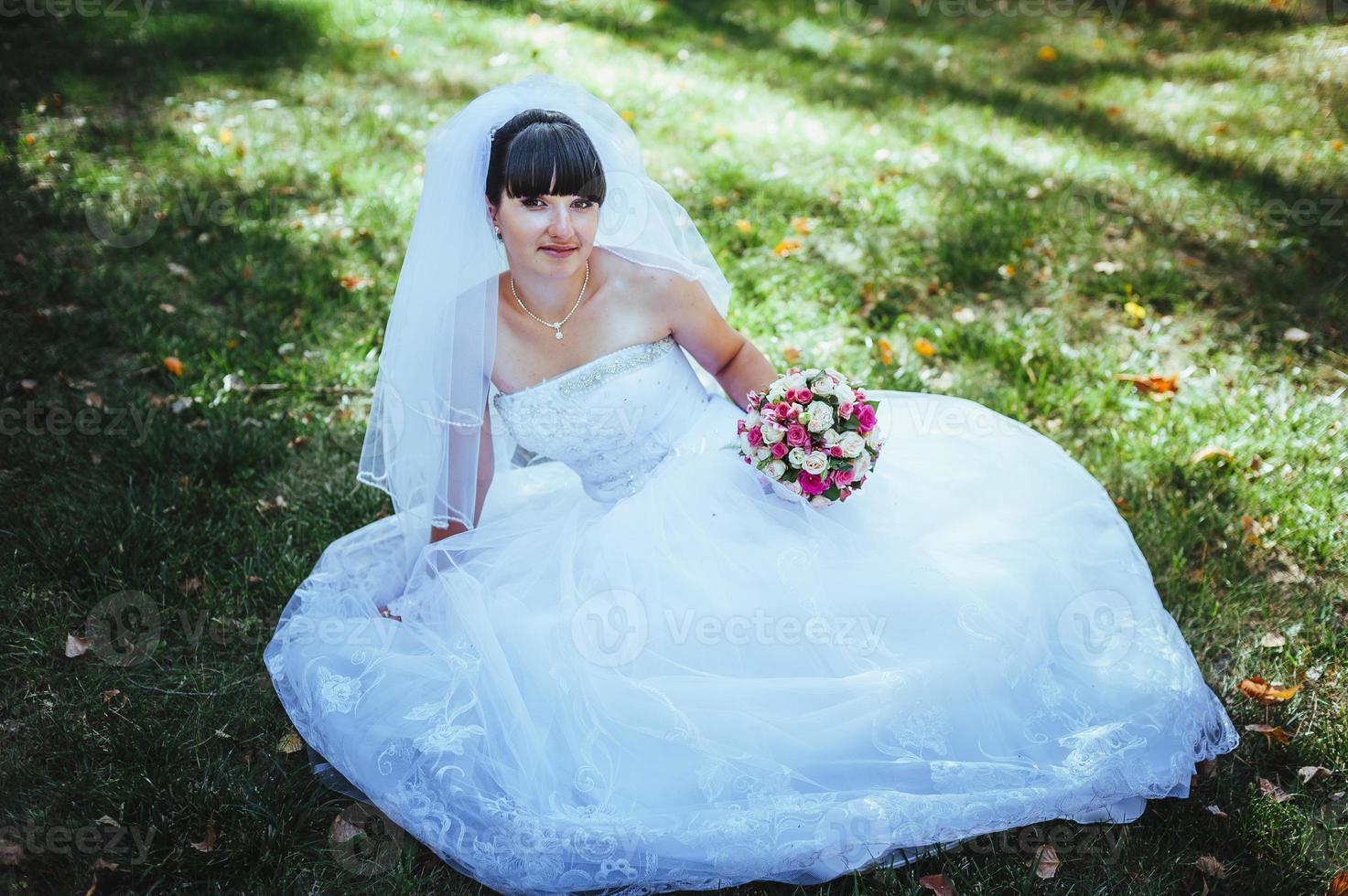 hermosa novia posando en el día de su boda foto
