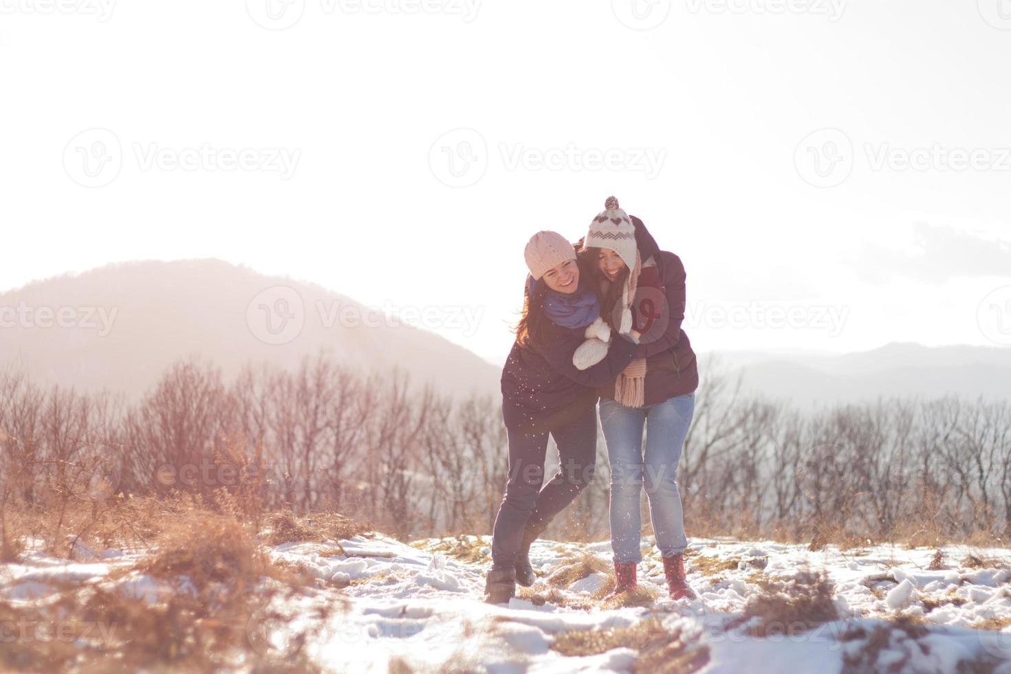 amigos divirtiéndose en la nieve foto