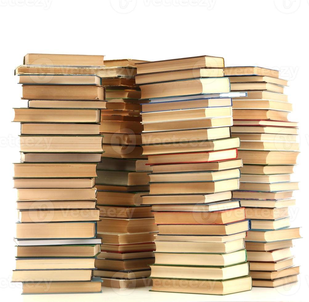libros antiguos aislados en blanco foto