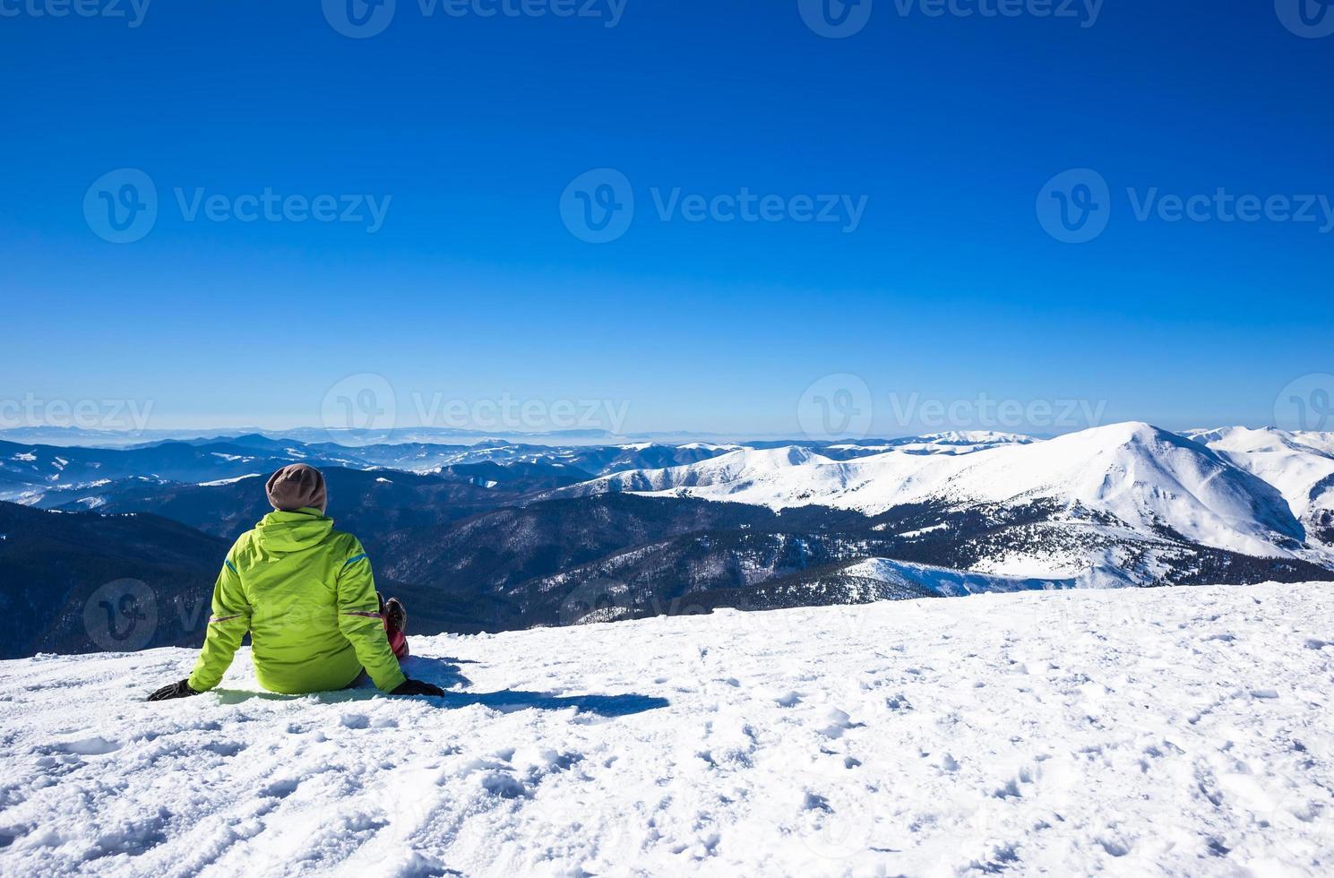 mulher relaxar nas montanhas durante caminhadas de inverno foto