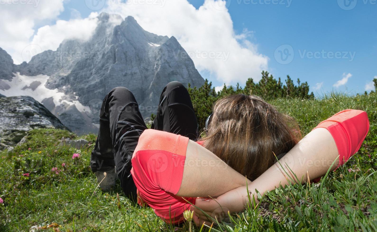 mujer joven relajante en un prado de montaña foto