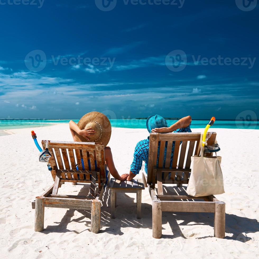 casal relaxa na praia de Maldivas foto
