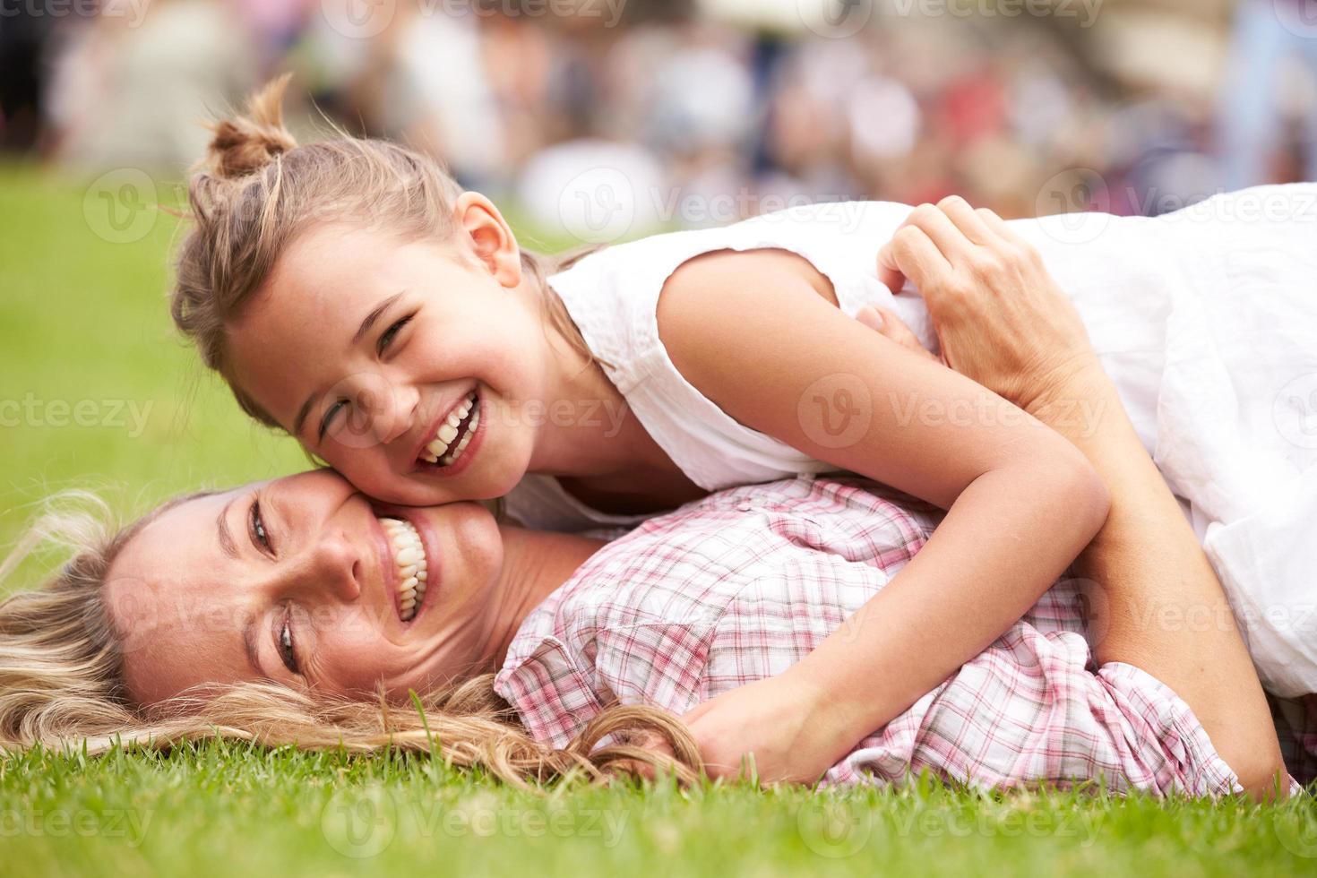 moeder en dochter ontspannen op outdoor zomer evenement foto