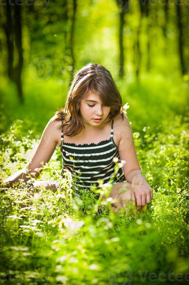 Linda joven adolescente relajante en el parque de tiro de verano foto