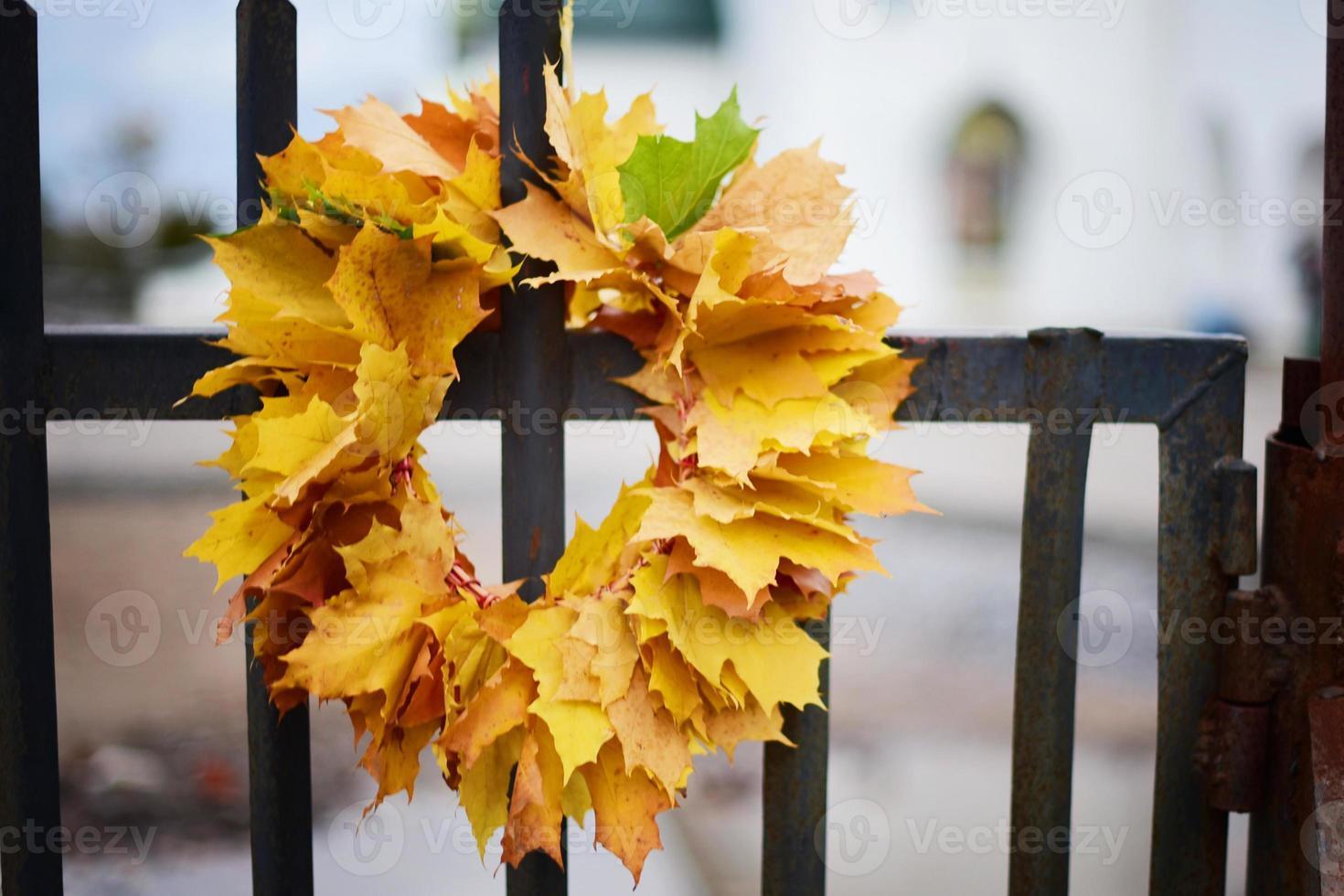 corona de hojas de otoño foto