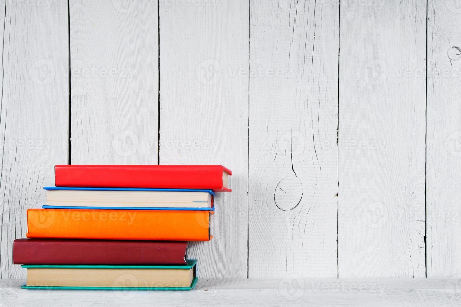 Libros en un estante de madera. foto
