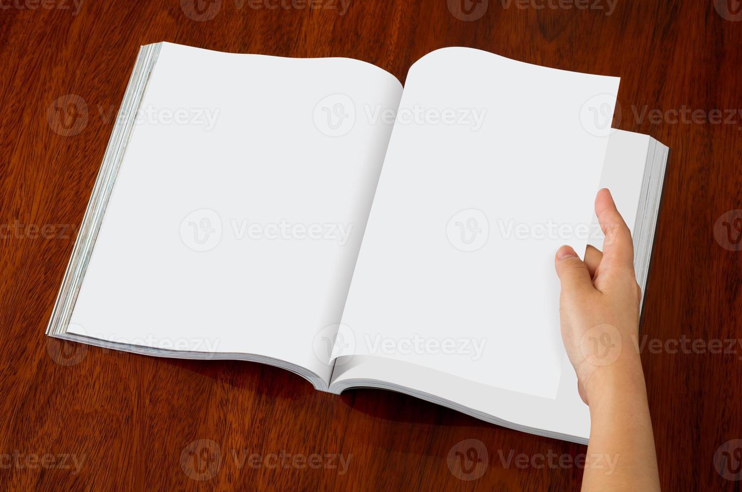 catálogo em branco, revistas, livro simulado acima sobre fundo de madeira foto