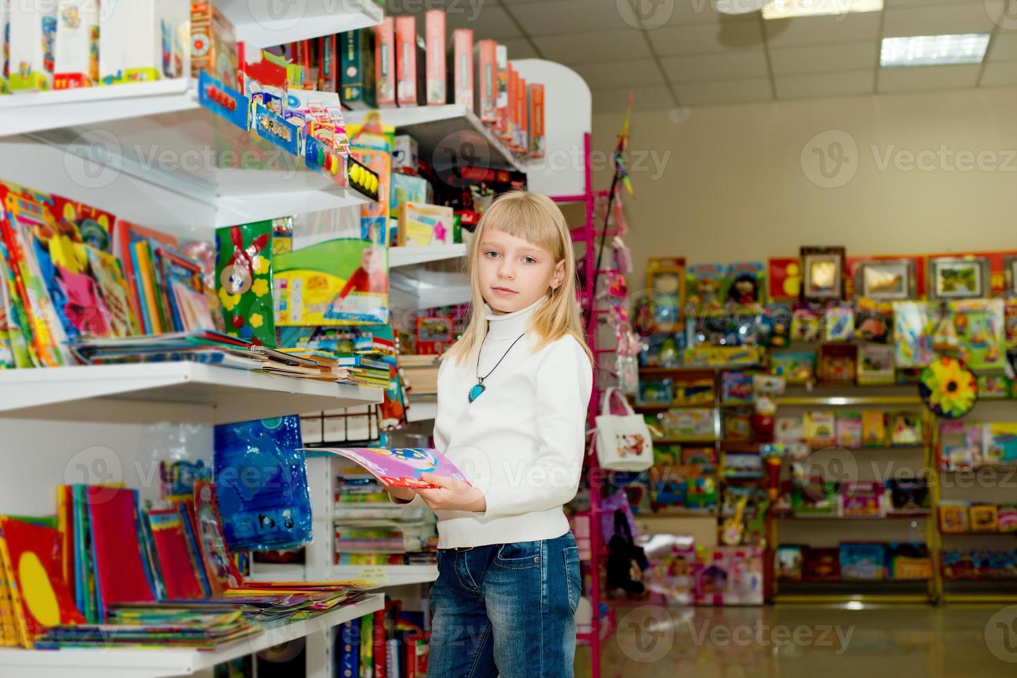 niña compra accesorios escolares. foto