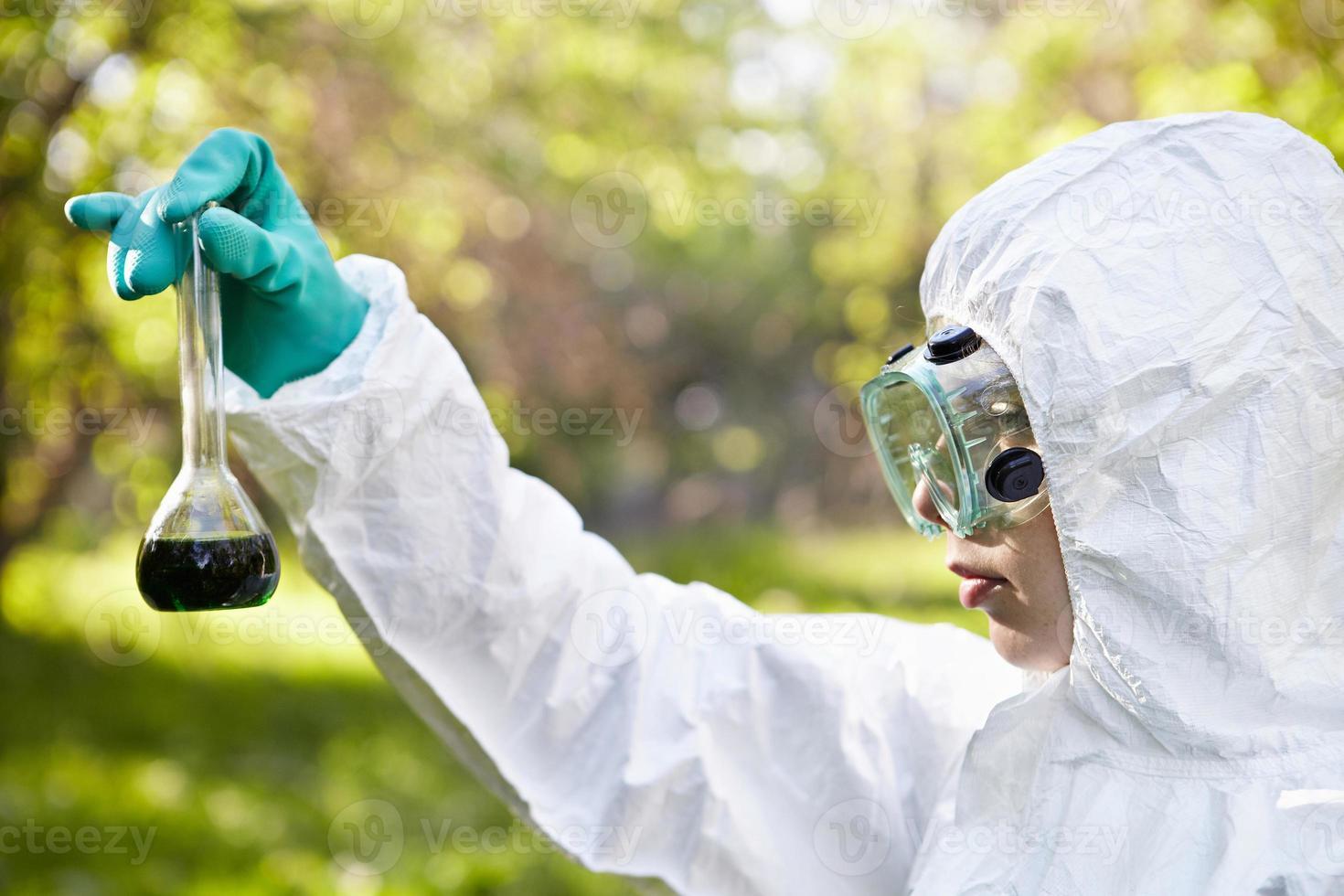 ecología y contaminación ambiental. prueba de agua. foto
