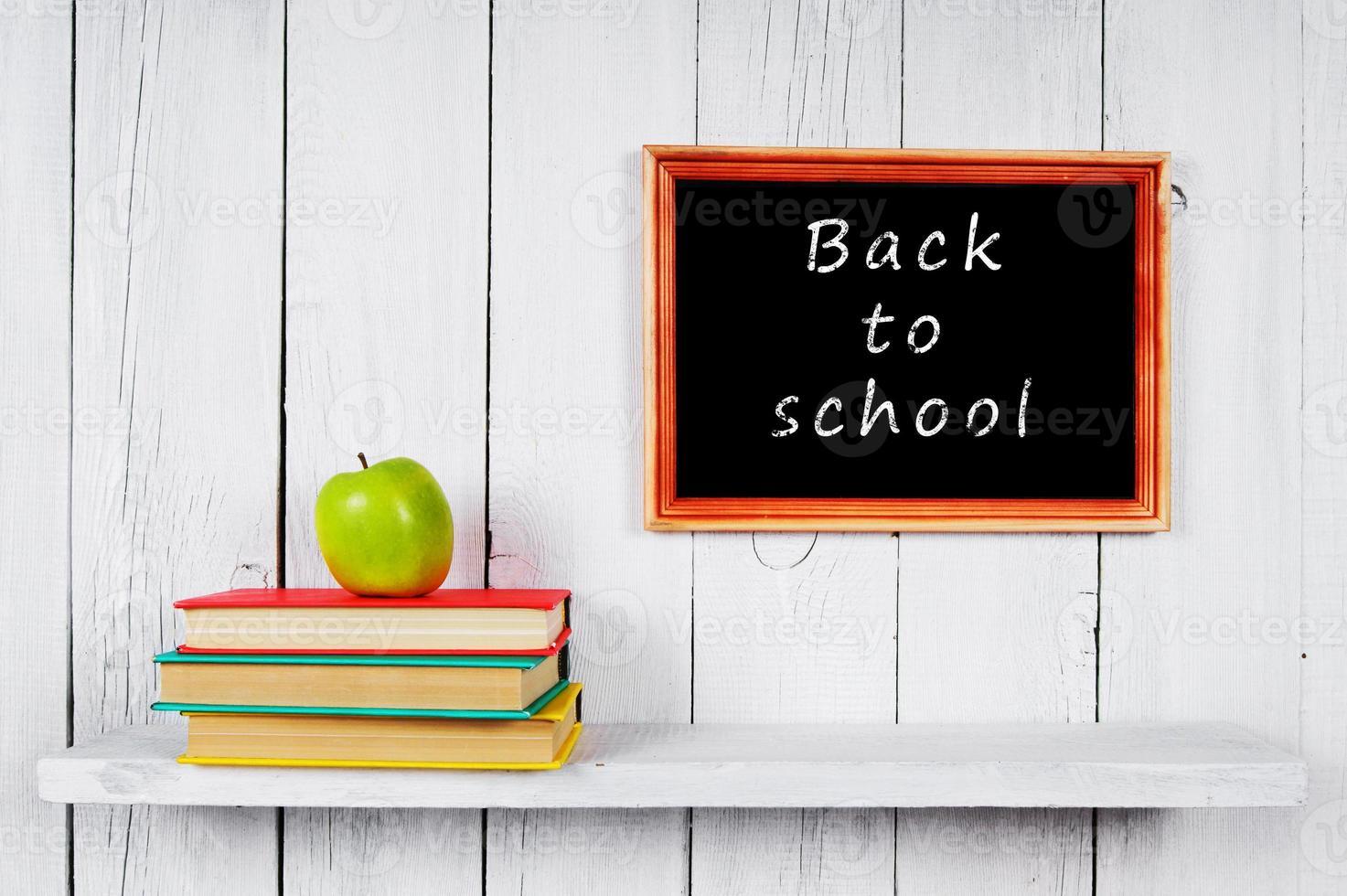 De vuelta a la escuela. libros y una manzana. foto