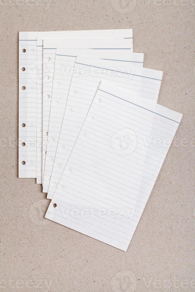 folha limpa de caderno pautada foto