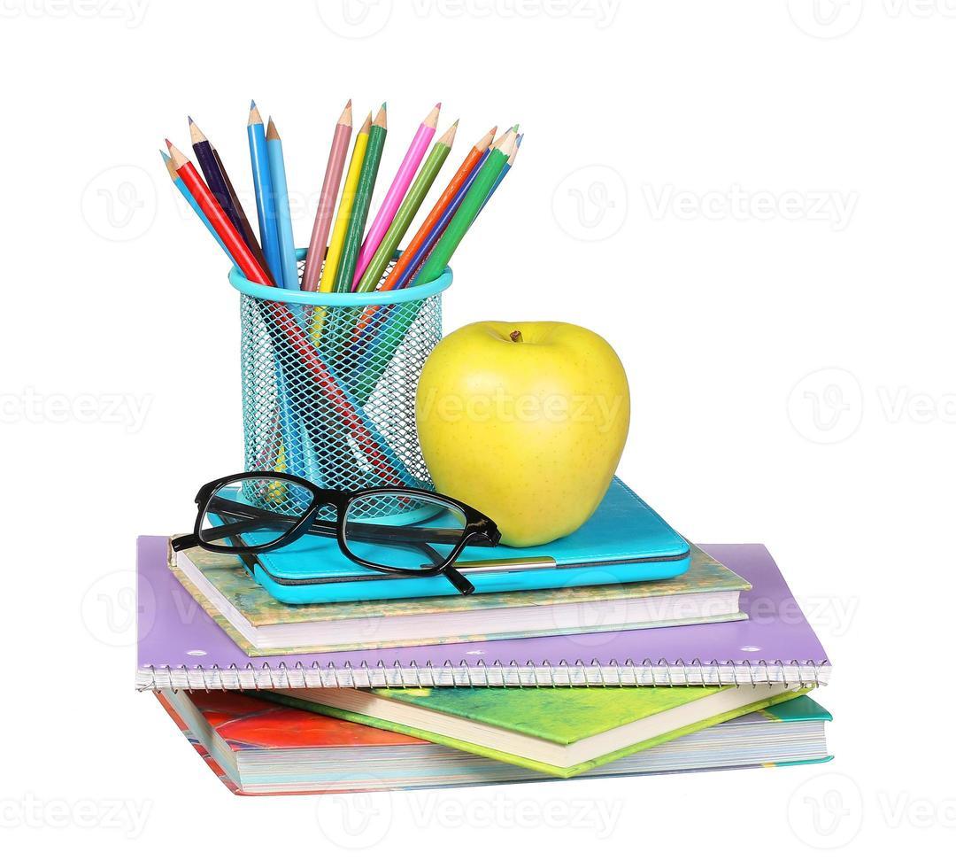 De vuelta a la escuela. una manzana, lapices de colores y lentes foto