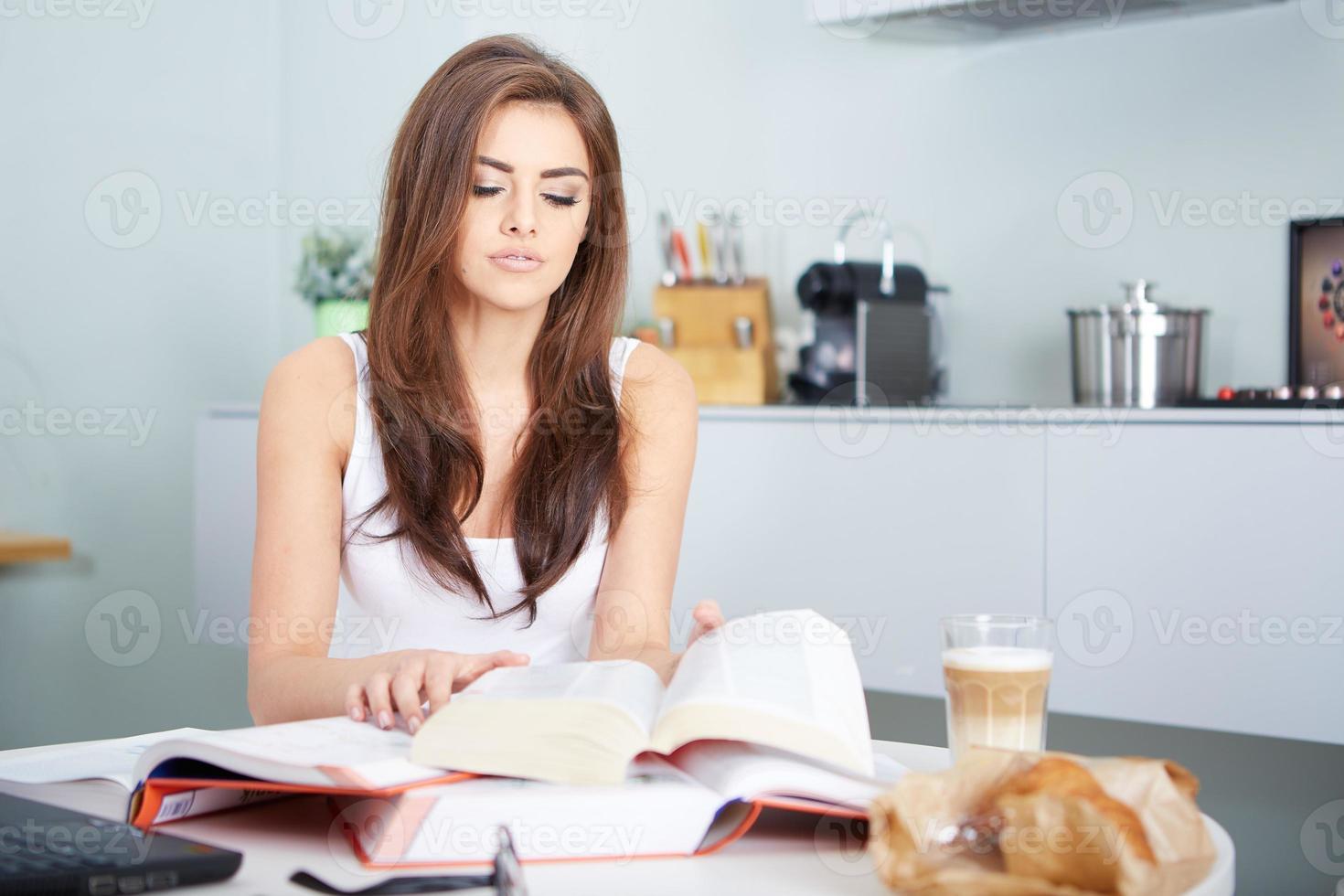 joven estudiante mujer con muchos libros estudiando foto
