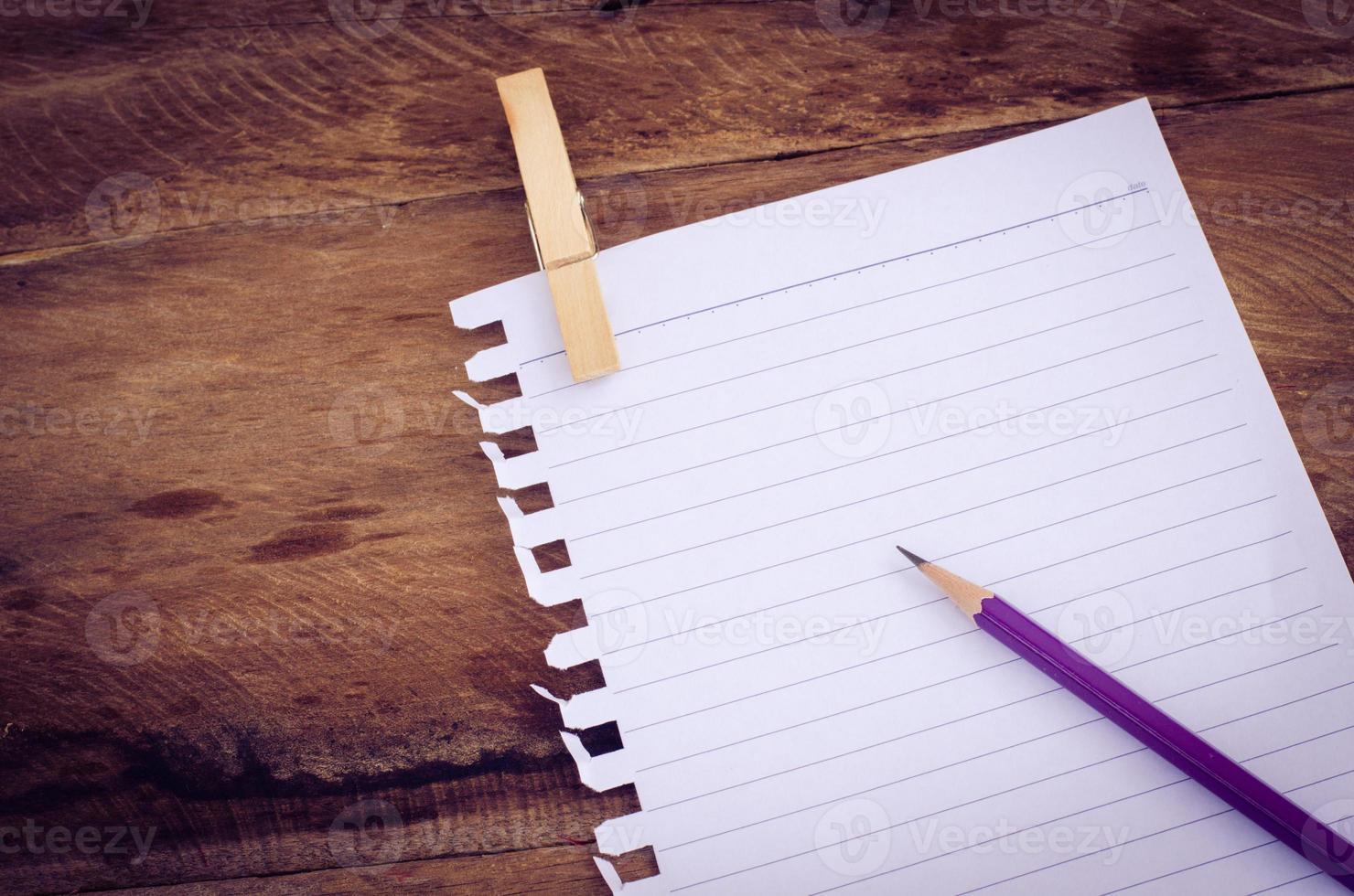 cuaderno de papel con lápiz foto
