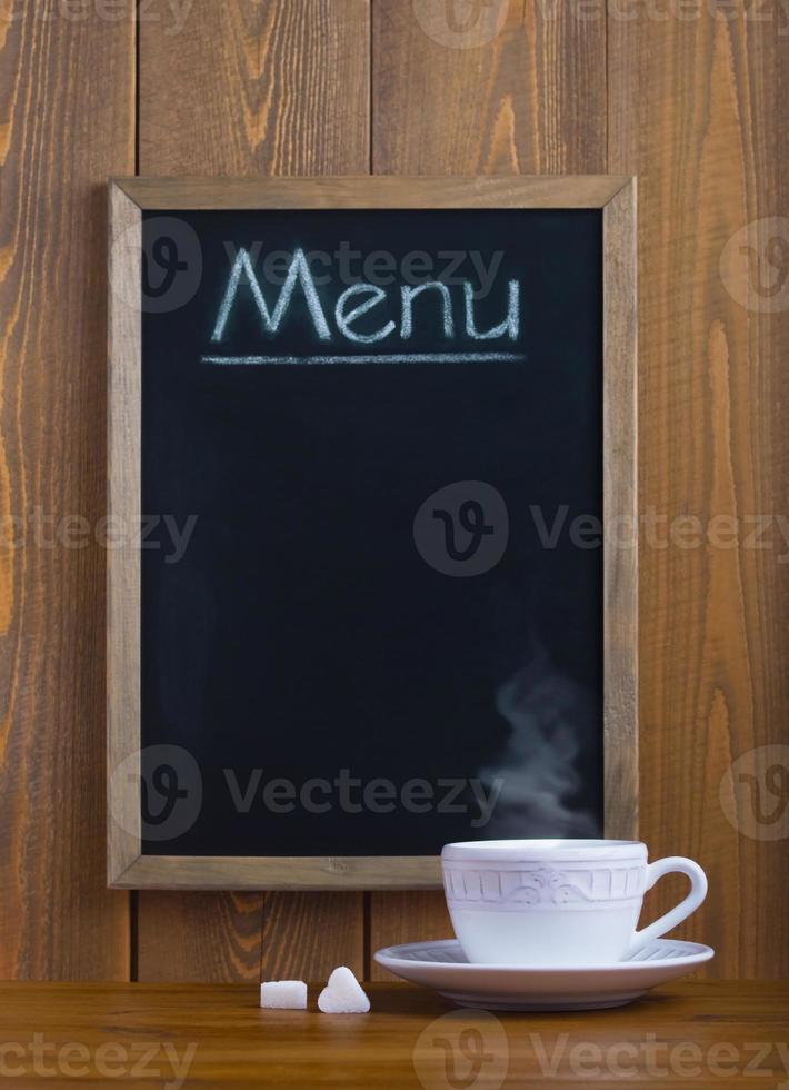 taza blanca y pizarra con el menú foto
