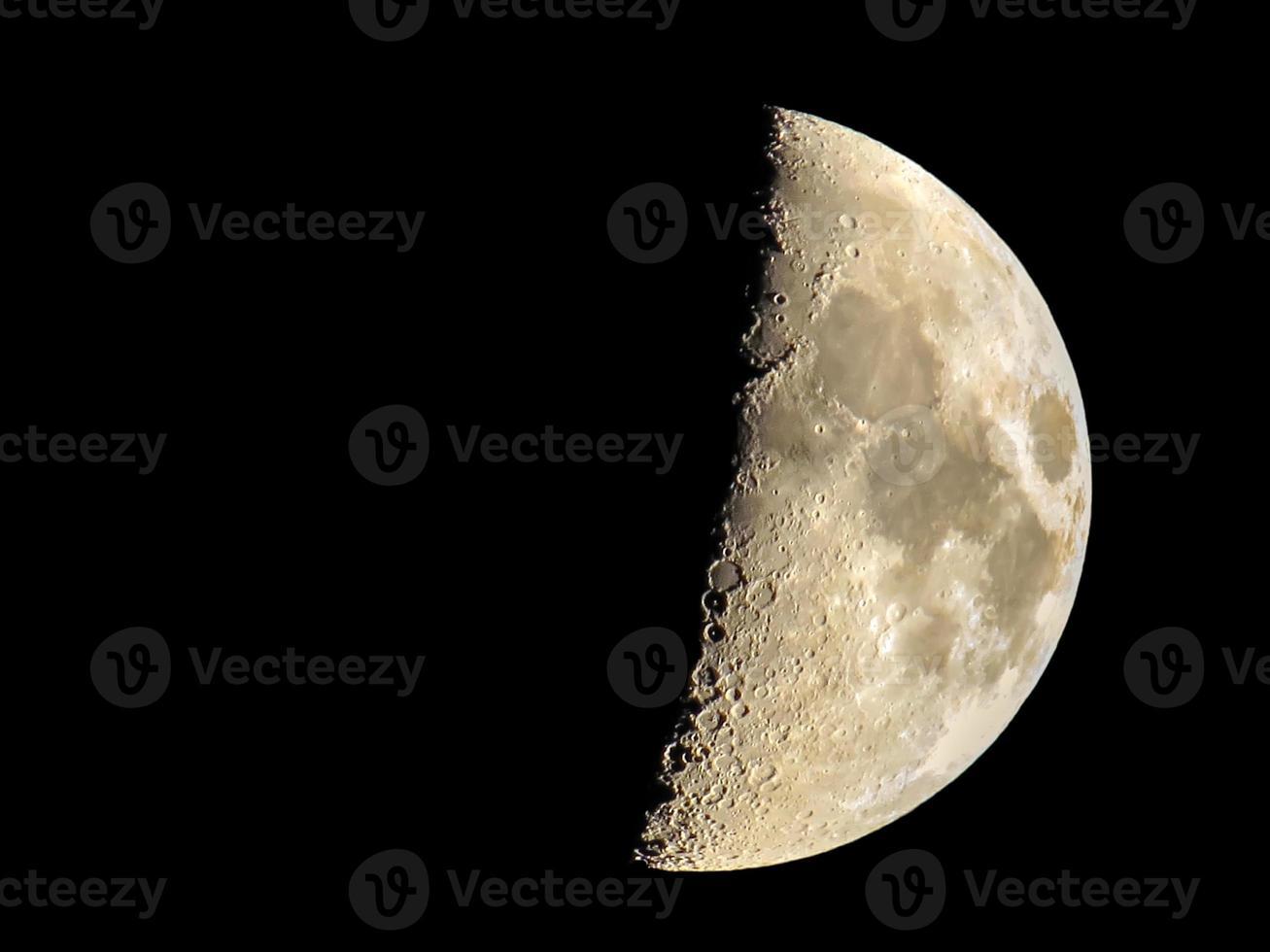 luna creciente sobre fondo negro foto