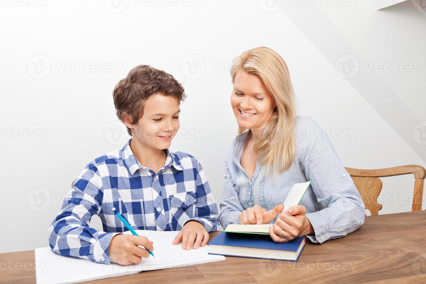 madre e hijo estudiando foto