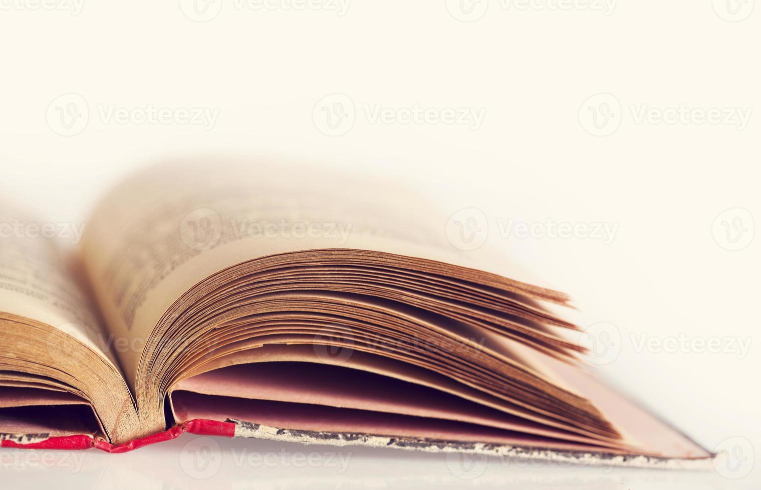 viejo libro de tapa dura foto