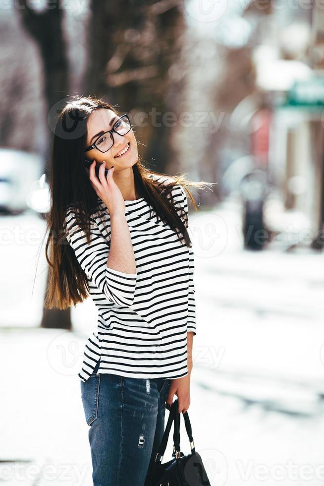 hermosa modelo camina con teléfono foto