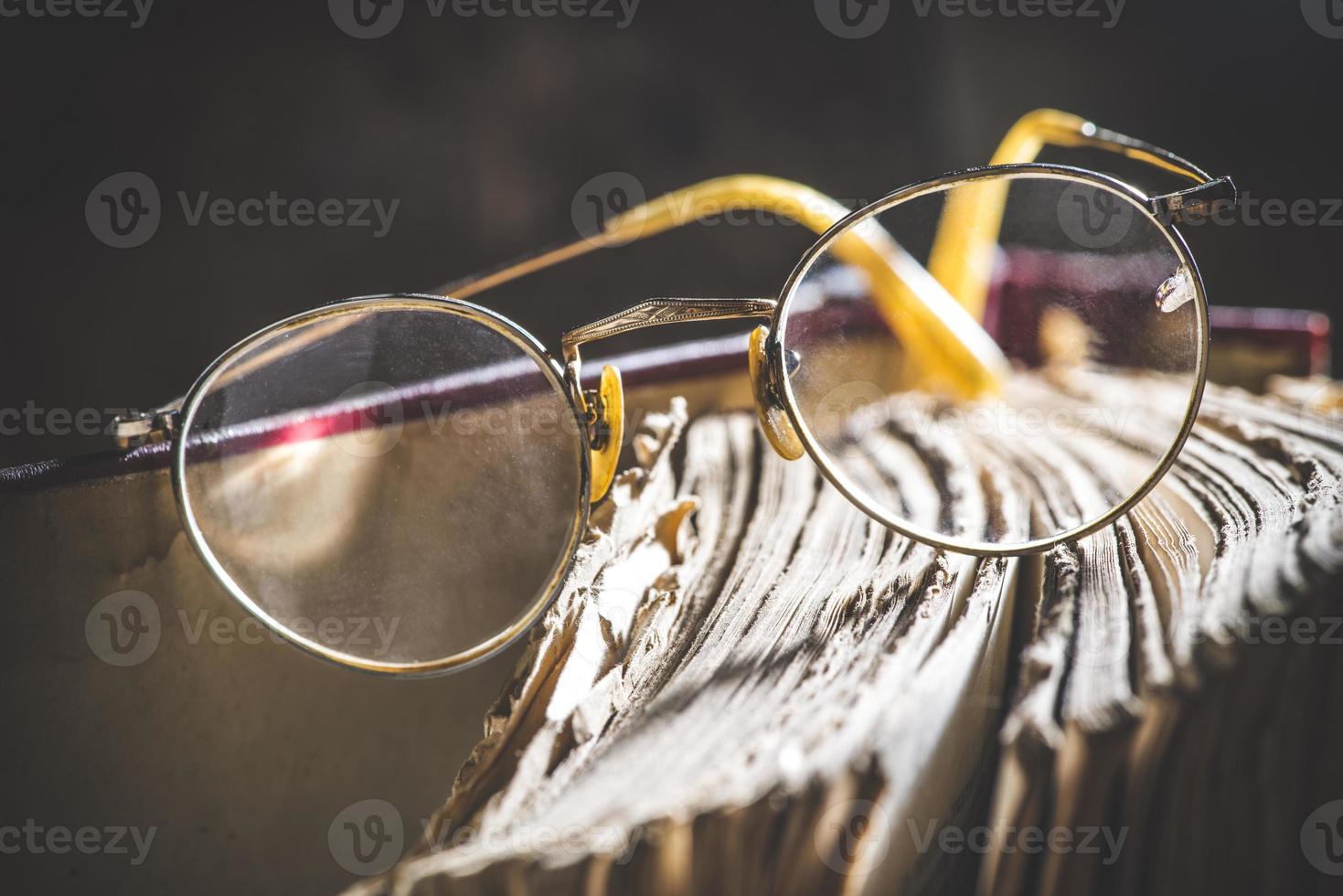viejo vintage gafas redondas y libro foto