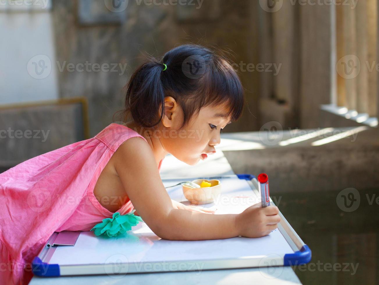 los niños practican la escritura antes de ir a la escuela foto