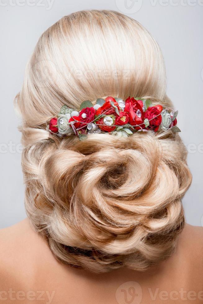 hermosa novia con peinado de novia de moda. foto