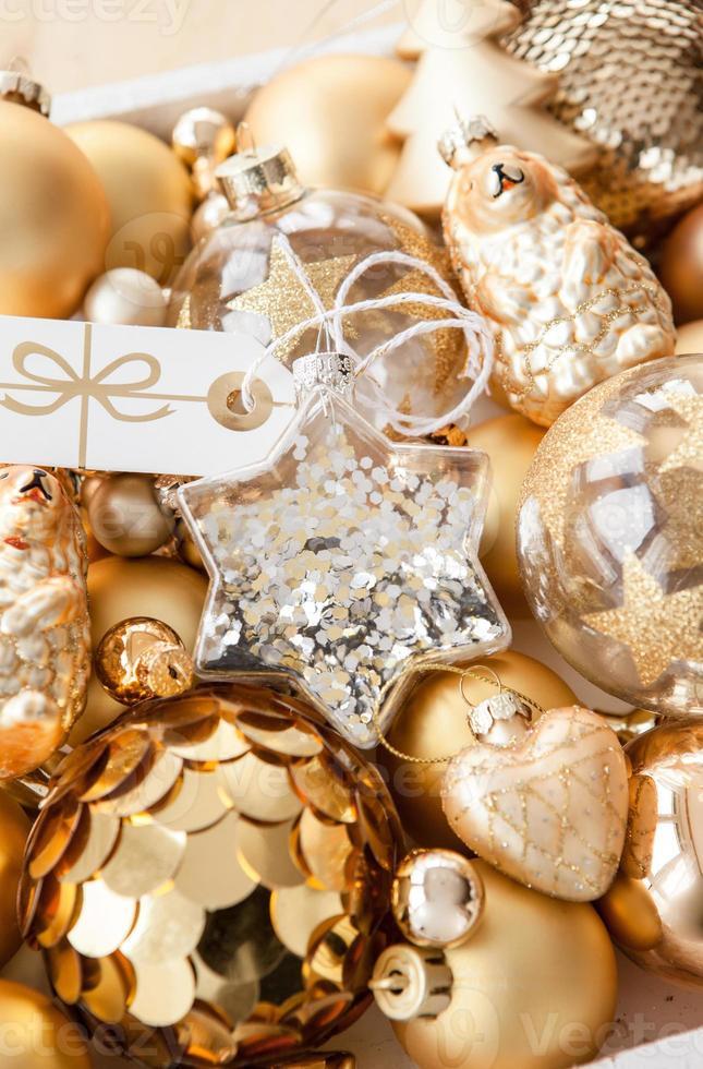 variedad de adornos dorados de navidad foto